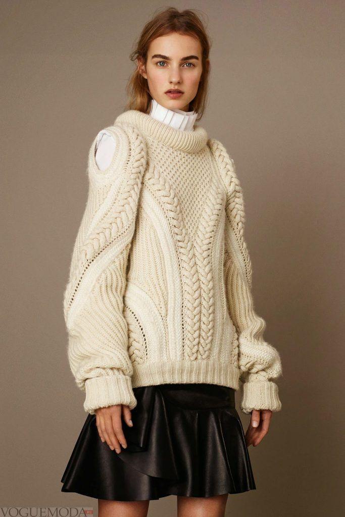 свитер крупной вязки светлый