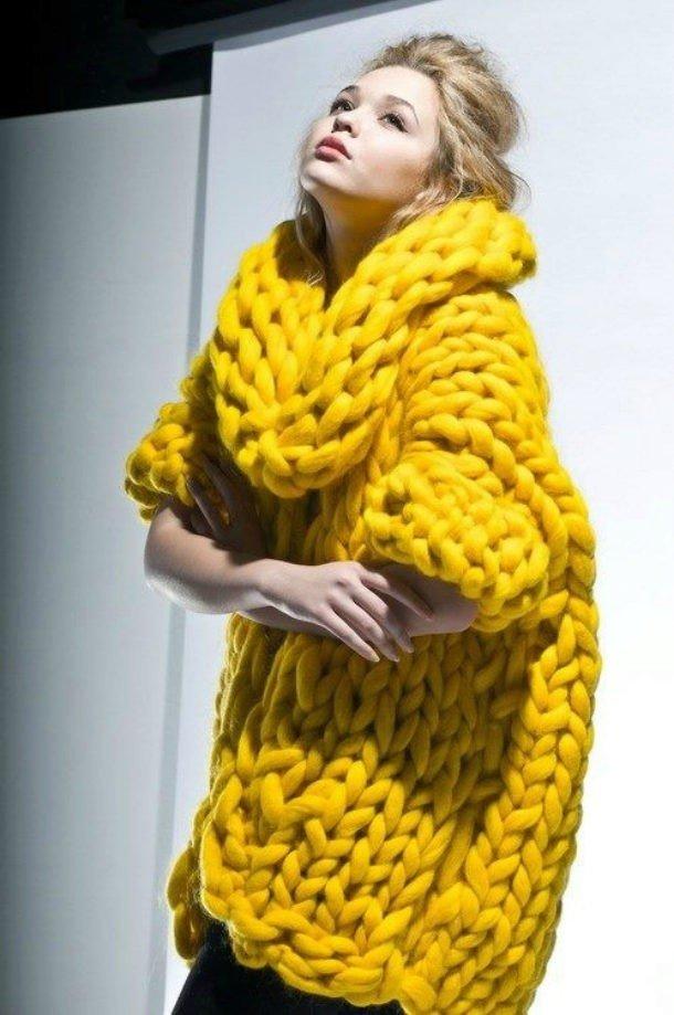 свитер крупной вязки желтый
