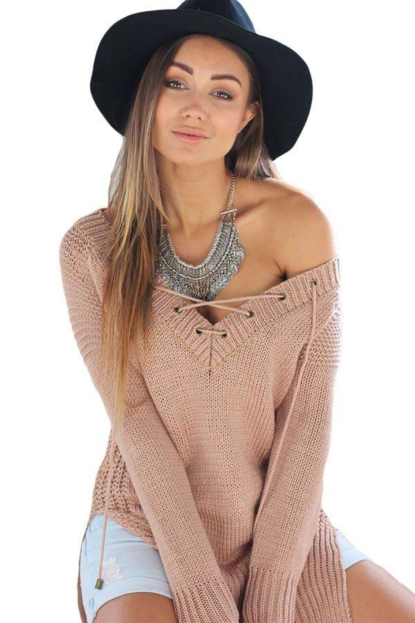 свитер с открытыми плечами нюдовый
