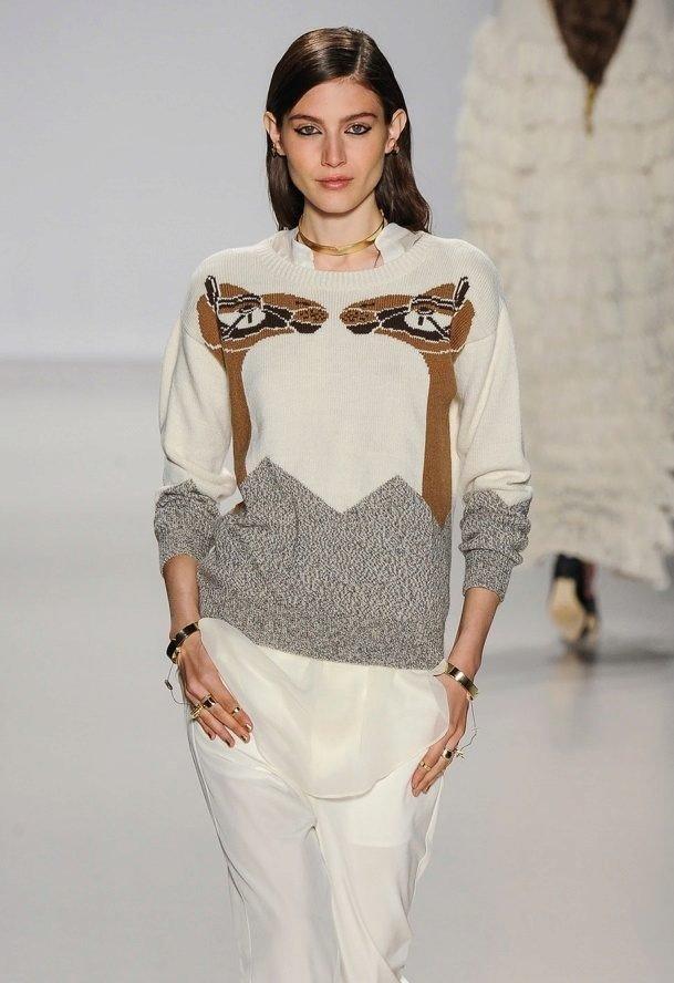 модный свитер с рисунком