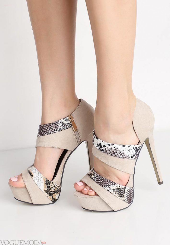 туфли с открытым носком и принтом на каблуке