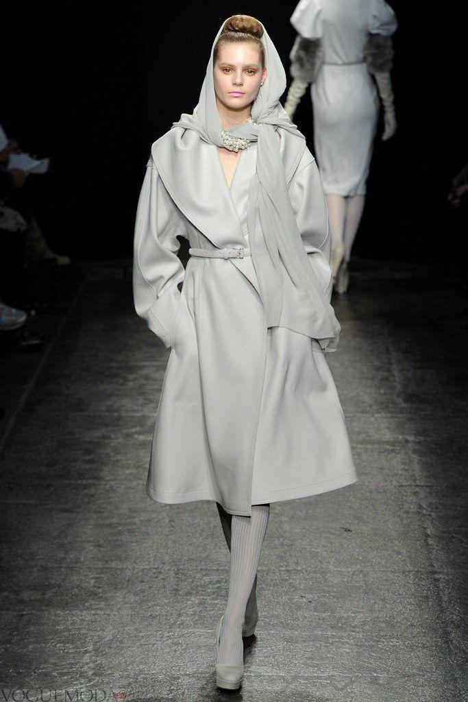 серый палантин с пальто