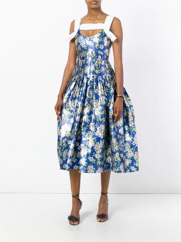 платья на выпускной 2021: синее с принтом пышное