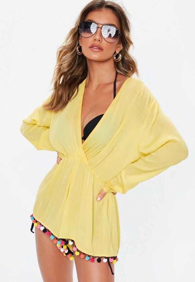Пляжная мода 2019: желтый костюм