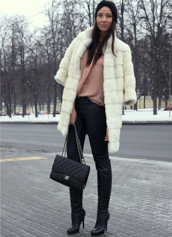 лук с зимними ботфортами и шубой