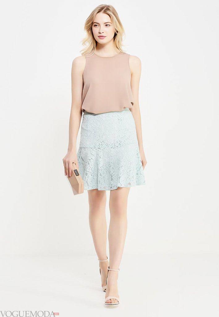 короткая гипюровая юбка голубая