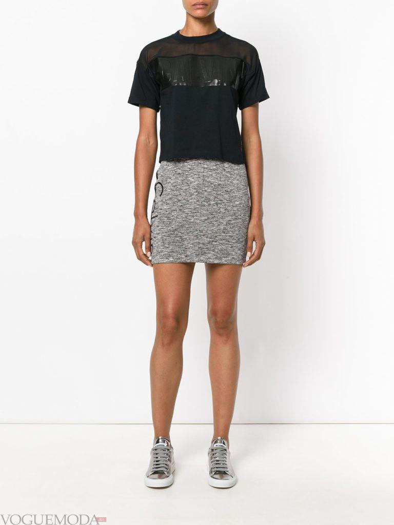 серая мини юбка с футболкой
