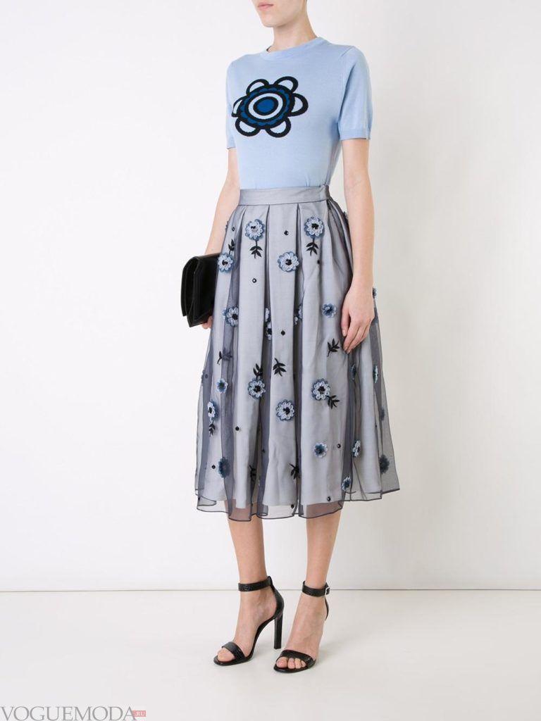 с чем носить серую юбку: с принтом