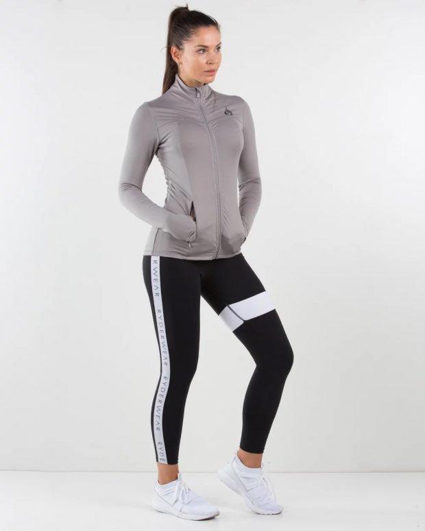спортивная куртка на молнии и черные лосины