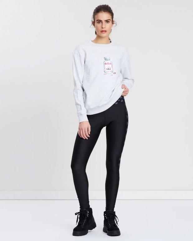 спортивный свитер с рисунком под черные штаны