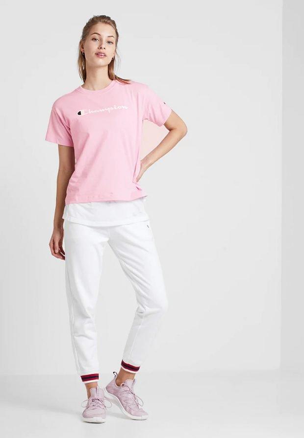 спортивная розовая футболка под белые штаны