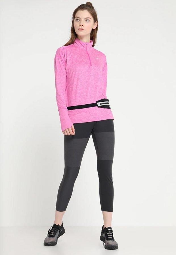 розовый свитер на молнии под укороченные лосины
