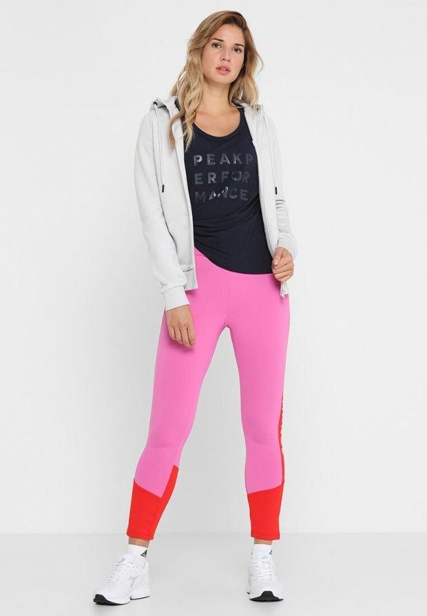 розовые лосины и белая спортивная куртка
