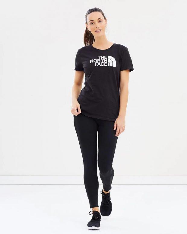 черная футболка с надписью под черные лосины