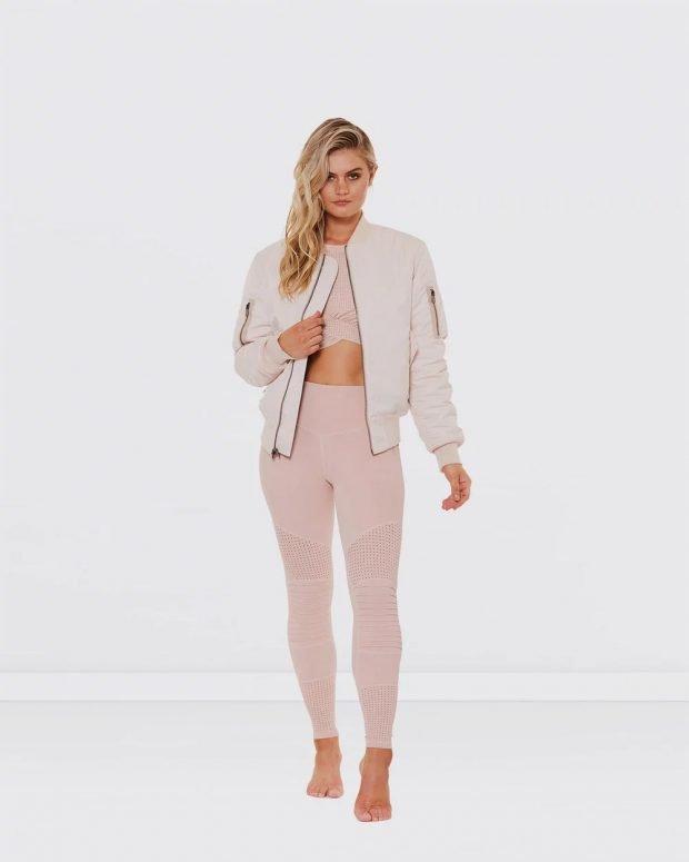 спортивная розовая куртка на молнии и розовые лосины