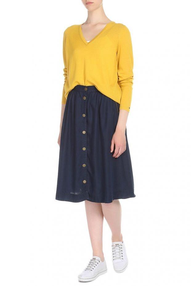 желтая кофта и синяя юбка