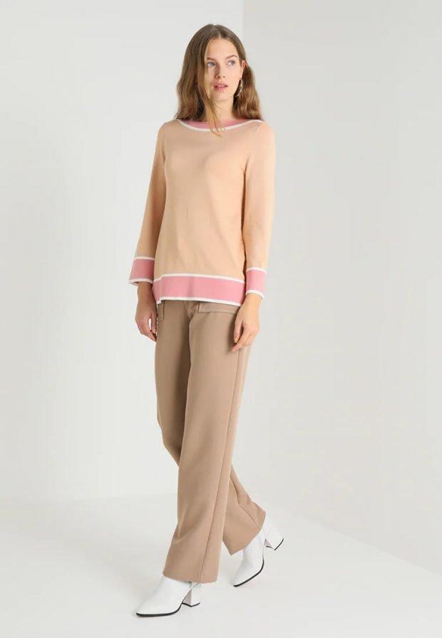 стильные образы весна-лето 2021: персиковый свитер
