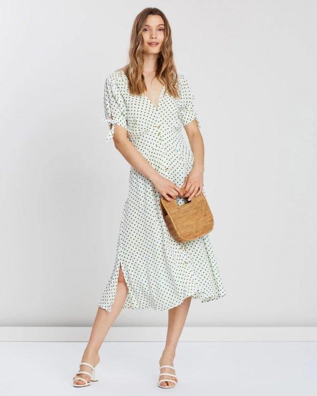 белое платье в горошек ниже колена с сумочкой
