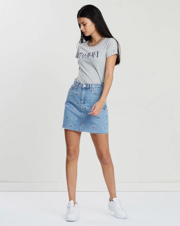 светло-серая футболка и джинсовая юбка