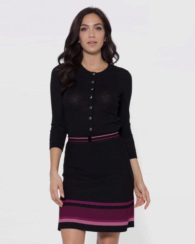 черное облегающее платье на пуговицах