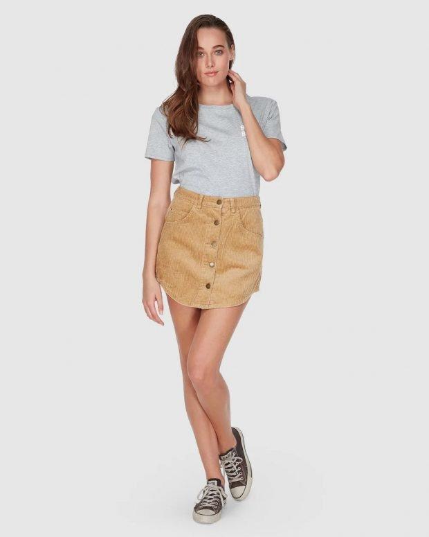 серая футболка и коричневая юбка