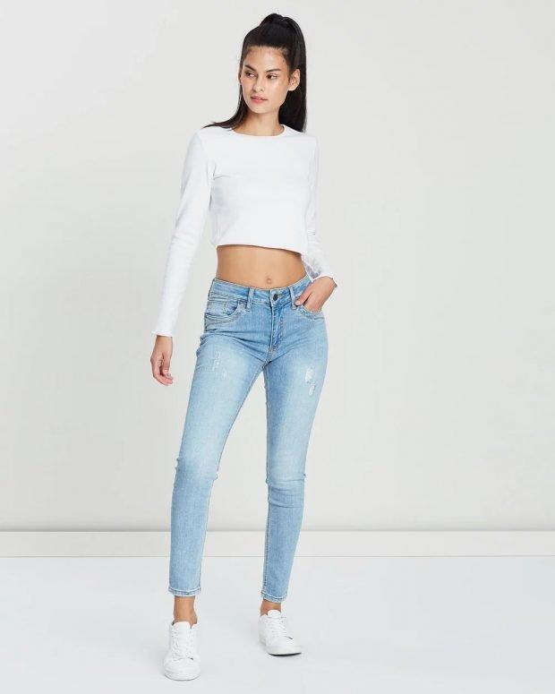 белый топ и голубые джинсы