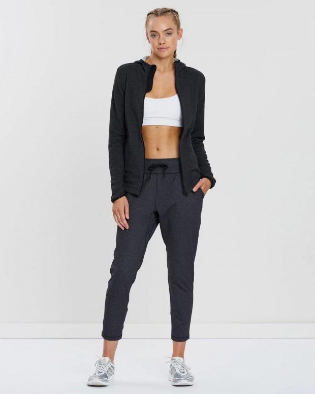 образ с серыми спортивными штанами