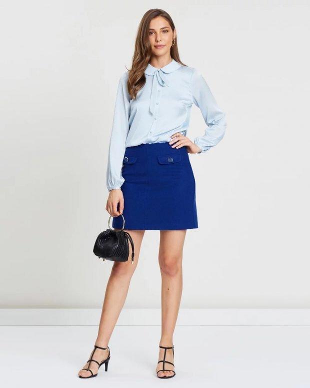голубая блузка и синяя юбка