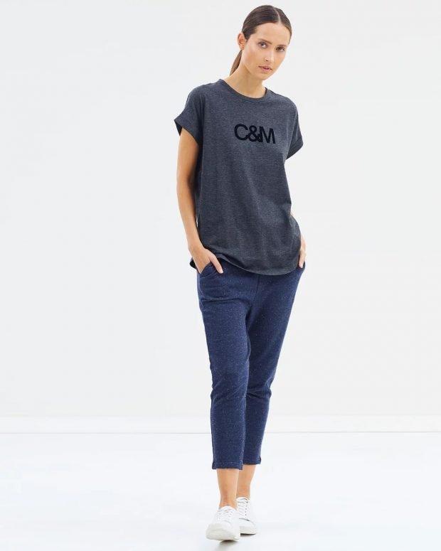 серая футболка и синие штаны