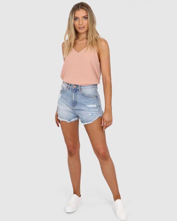 розовый топ и джинсовые шорты