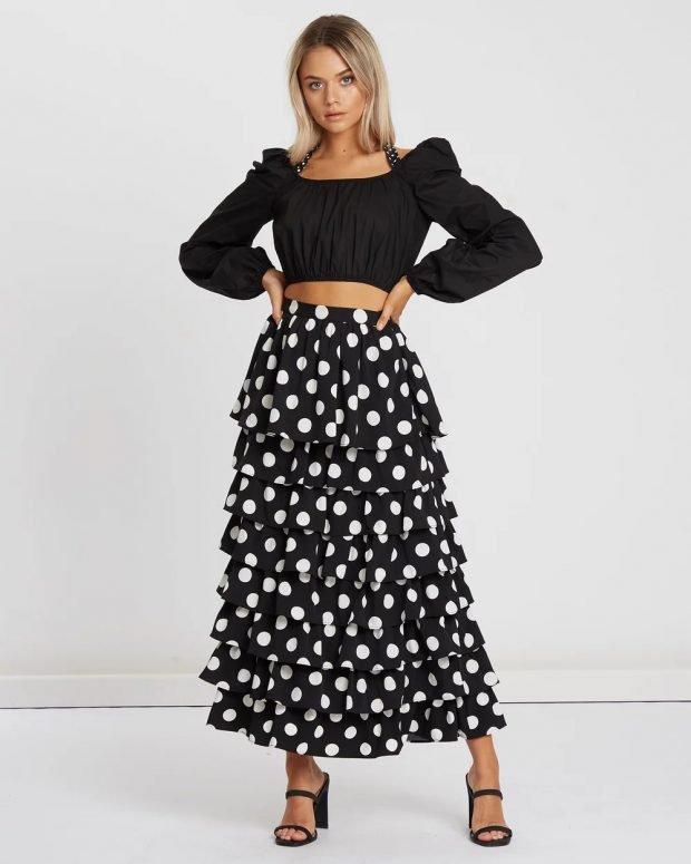 черный топ и длинная юбка в белый горох