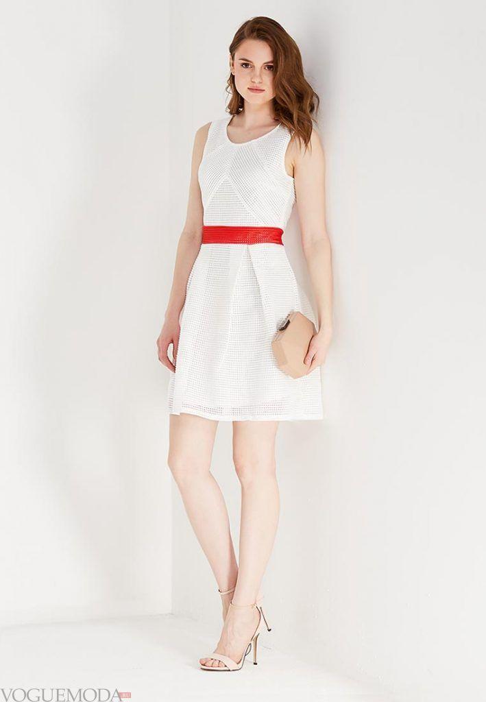 короткое выпускное платье с красным поясом