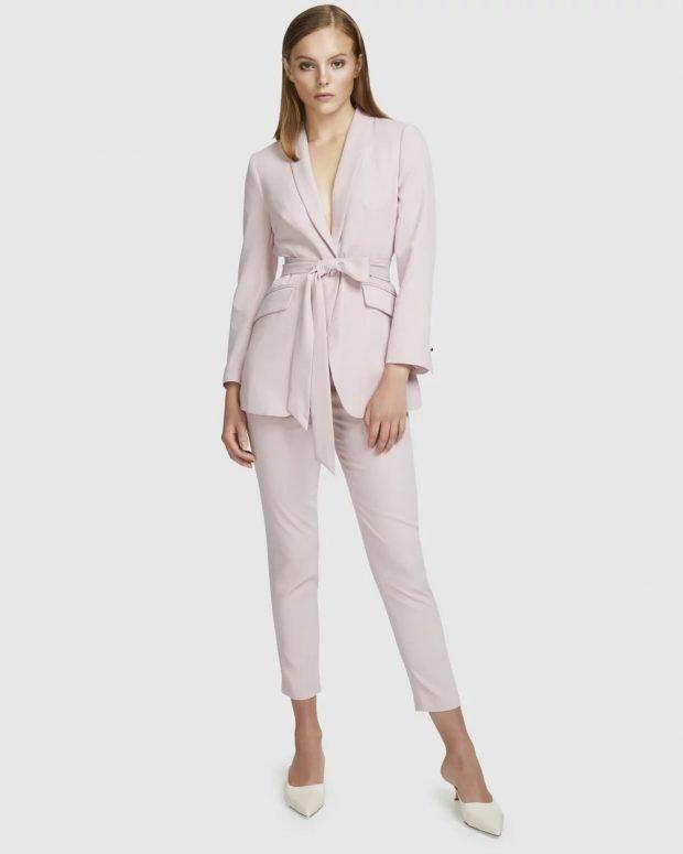 женский костюм 2020 2021: лиловый с поясом