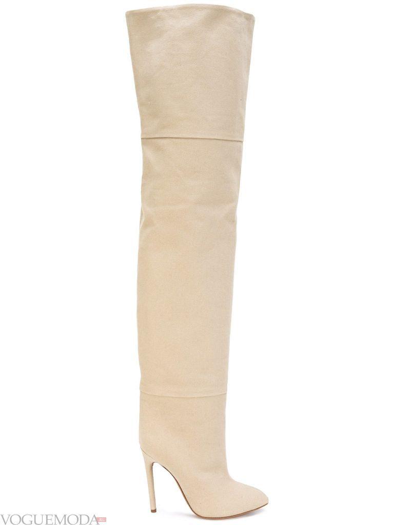 с чем носить бежевые замшевые ботфорты светлые