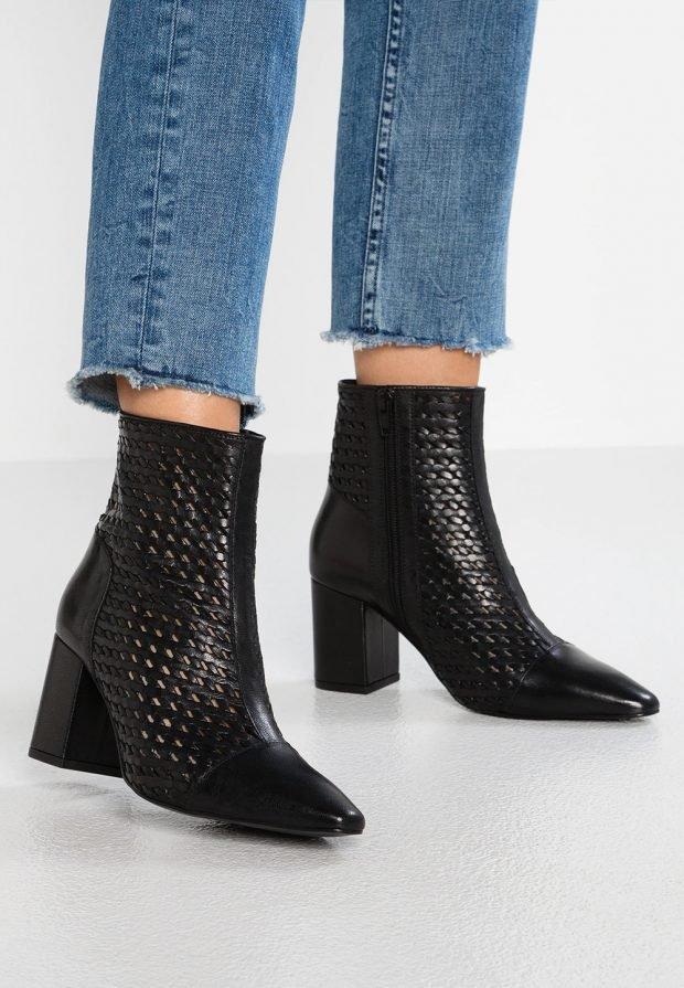 ботильоны 2019 2020: черные плетеные на толстом каблуке