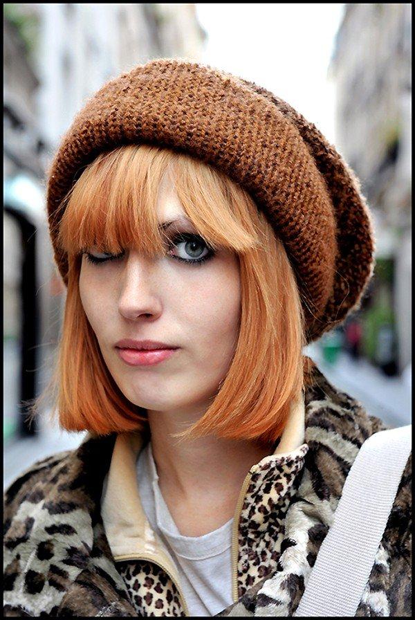 вязаная коричневая шапка с челкой