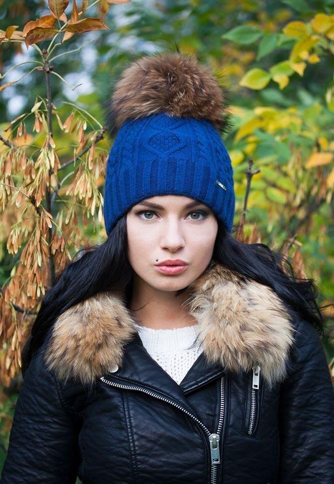 лук синей шапки с курткой