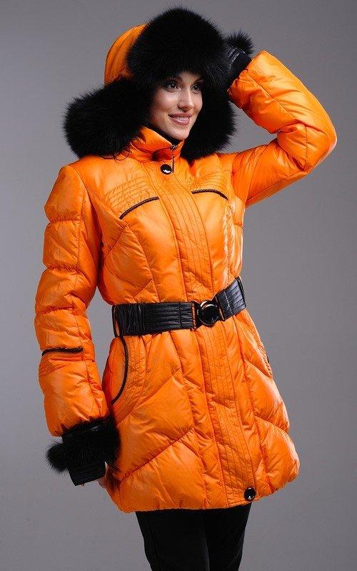 лук шапки с оранжевой курткой
