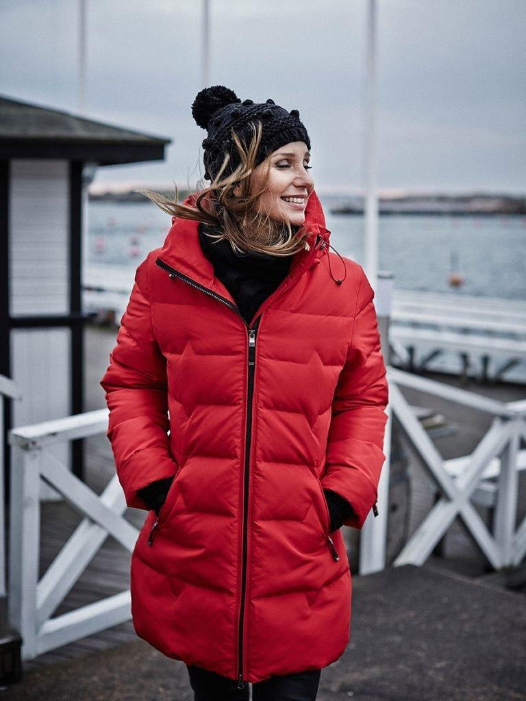 лук шапки с красной курткой