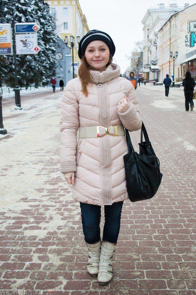 шапка со светлой курткой средней длинны