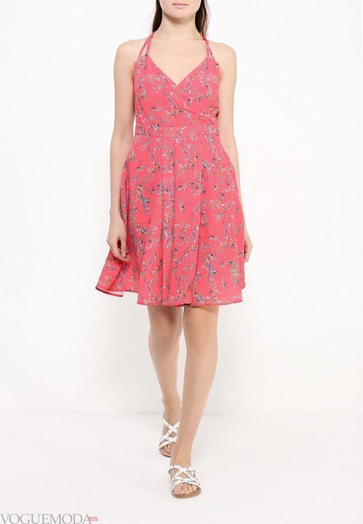 с чем носить коралловое платье с рисунком