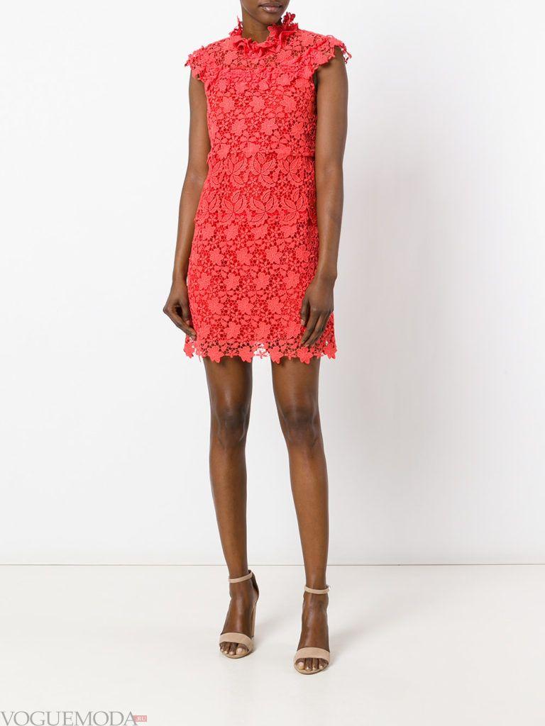 с чем носить коралловое платье кружевное