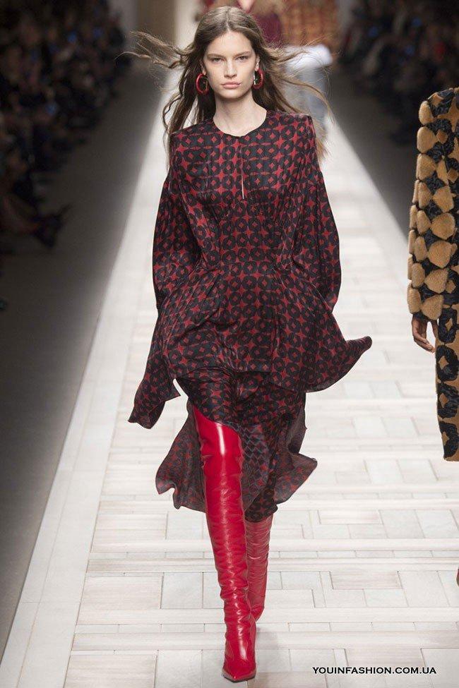 кожаные красные сапоги с платьем