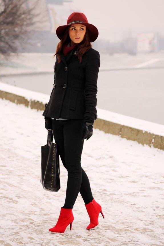красные ботильоны с пальто