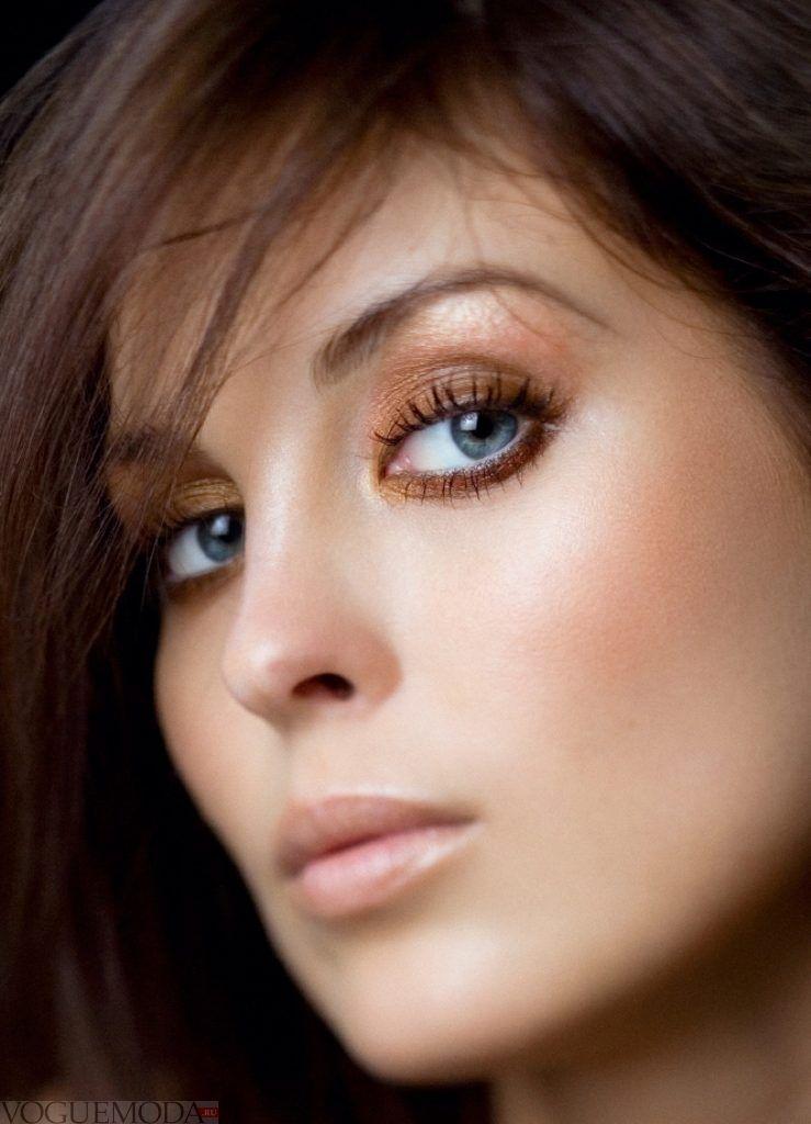 монохромный макияж для русых волос и голубых глаз золотой