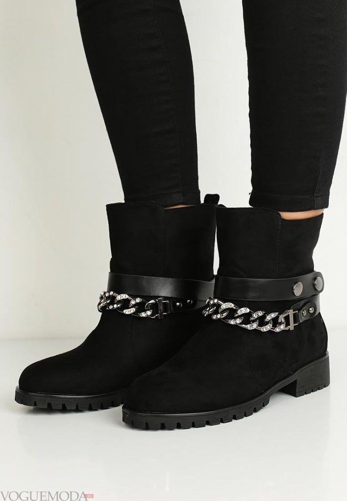 женские ботинки на низком каблуке черные