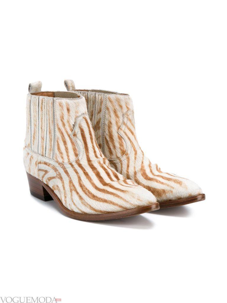 женские светлые ботинки с анималистичным принтом