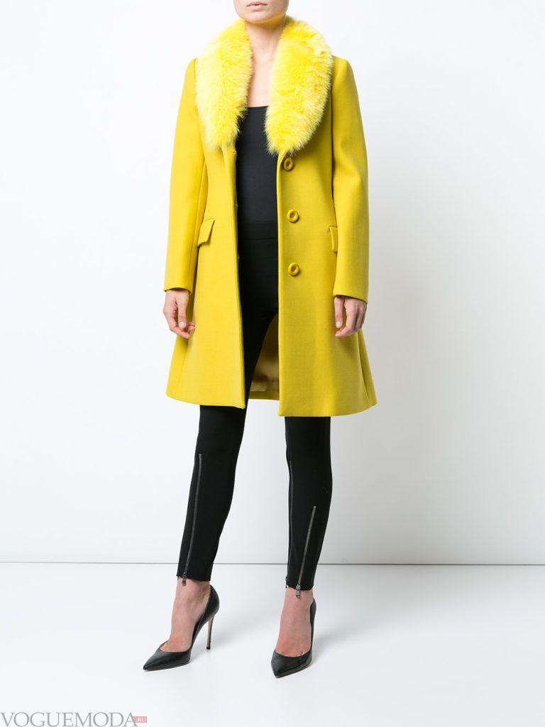 модное пальто желтого цвета