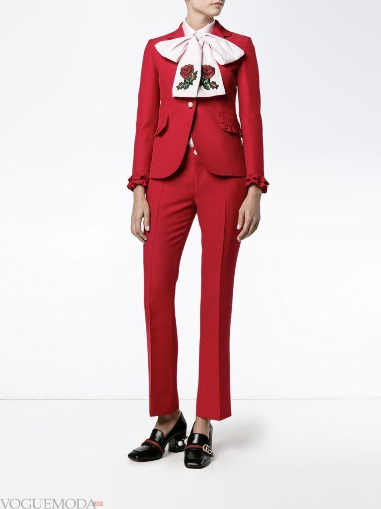 модный брючный костюм красного цвета