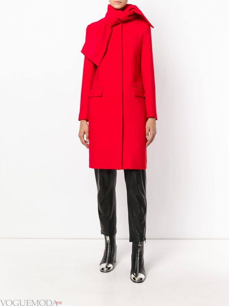 пальто насыщенного красного цвета